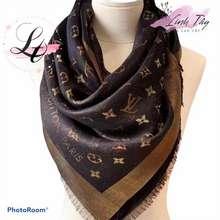 Louis Vuitton Khăn Lv Vuông Nâu Nhũ Vàng Khăn Choàng Hiệu Đũi Cao Cấp Linh Tây Cổ Vịt- Mướt Mịn Và Sang Trọng 1M4*1M4